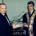 Исполнительный директор Ассоциации теннисистов-профессионалов (ATP-Tour) Марк Майлс вручил Президенту Узбекистана Исламу Каримову награду – хрустальную ракетку за выдающийся вклад в развитие тенниса в Узбекистане.  Сентябрь 1999 года.