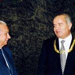 Почетный Президент Международного олимпийского комитета Хуан Антонио Самаранч вручил Президенту Узбекистана Исламу Каримову золотой орден Международного олимпийского комитета.  Лозанна, Швейцария. Февраль 1996 года.