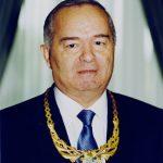 Ислам Каримов с медалью от Генерального секретаря Международной федерации Любительской борьбы «FILA» Мишеля Дюссона.  Май 1999 года.