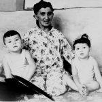 Мать Ислама Каримова с внуками.