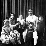 Эта фотография семьи Каримовых была сделана в 1928 году, за десять лет до рождения Ислама Каримова. На ней изображены его родители Абдугани-ота (1894 г.р.), Санобар-ая (1902 г.р.), и их дети Мехринисо (1920 г.р.), Амонулло (1922 г.р.) и Ибодулло (1926 г.р.).  В семье было восемь детей – одна сестра Мехринисо и семеро братьев: Амонулло, Ибодулло, Арслан, Куддус, Икром, Ислом, Хуршид.  Абдугани-бобо работал служащим, был человеком строгим, требовательным к себе и другим, отличался суровостью. Он придерживался строгой дисциплины и порядка, того же требовал и от сыновей. Пользовался большим уважением в махалле. Санобар-ая была домохозяйкой. Ее отец из знатного рода, был мулла-шарифом, то есть благородным, образованным духовным служителем. Санобар-ая были присущи тяга к знаниям, память, светлый ум и терпение. Она на протяжении многих лет сохранила эти качества. Всю свою жизнь посвятила дому и семье. Все сыновья в семье Каримовых имели высшее образование, трое из них окончили школу с золотой медалью, трое стали кандидатами наук – это Ибод Ганиевич, Куддус Ганиевич и Ислам Абдуганиевич. Это и по тем временам, и сейчас – уникальный случай. Позже Ислам Каримов получил степень академика. Все братья отличались феноменальной памятью. Это была семейная черта. Братья устраивали между собой соревнования: кто наизусть точно расскажет только что прочитанный текст. В последующем кто-то стал преподавателем вуза, кто-то судьей, служащим, ученым и … Президентом. Для этой семьи образование сыновей всегда было на первом месте. Верность этой жизненной позиции подтвердило само время.